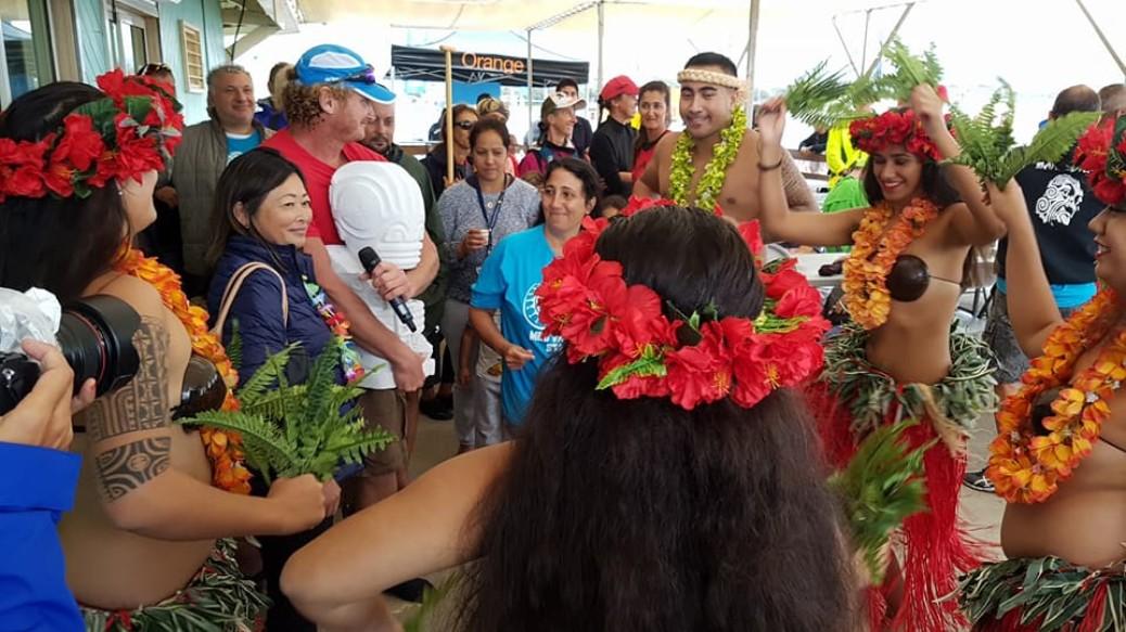 30 ans du Va'a en métropole : un tiki remis à la Déléguée de la Polynésie française
